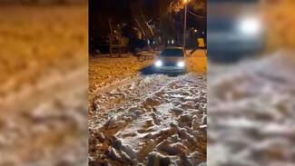 Воронежские водители превратили детскую площадку в дорогу: появилось видео