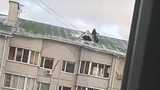 Воронежцев шокировали взобравшиеся на обледеневшую крышу пятиэтажки подростки