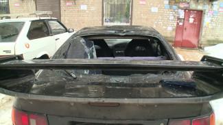 В Воронеже упавшие глыбы льда разбили 4 иномарки во дворе жилого дома