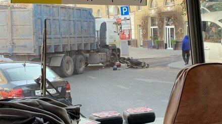 Грузовик сбил мотоциклиста у популярного ТЦ в центре Воронежа