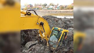 Экскаватор целиком провалился в грязь на берегу озера в воронежском райцентре