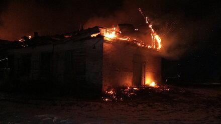 В дачном кооперативе под Воронежем ночью сгорели три дома