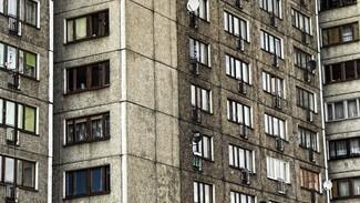 В Воронежской области при падении из окна многоэтажки погибла пенсионерка