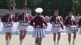 Фестиваль военных духовых оркестров в Воронеже завершился выступлением барабанщиц
