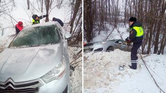 В Воронежской области застрявшую в кювете машину вытащили при помощи трактора и бензопилы