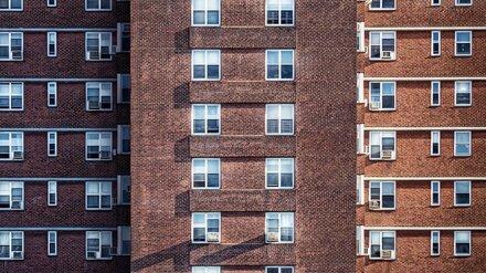 Под окнами воронежской многоэтажки нашли труп 36-летней женщины
