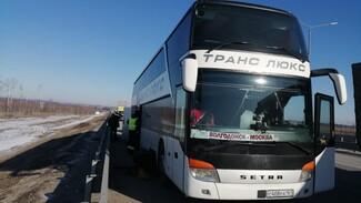 В Воронеже эвакуировали замерзающих на трассе пассажиров двухэтажного автобуса