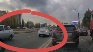 В Воронеже машина аварийных комиссаров совершила обгон по «встречке»: появилось видео