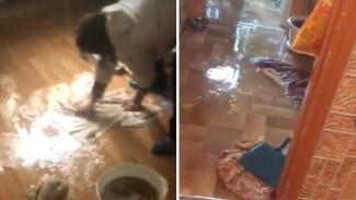 При пуске отопления в воронежской квартире пошёл «дождь»: появилось видео