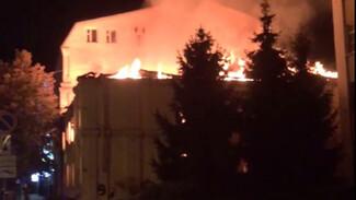 Полыхающий исторический дом в центре Воронежа сняли на видео