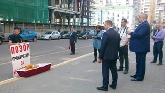 Воронежский зоозащитник принёс к зданию прокуратуры гроб с плюшевой собакой
