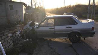 Водитель ВАЗа разгромил забор частного дома под Воронежем