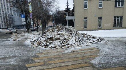 Воронежцы пожаловались на гору из снега и льда на пешеходном переходе в центре города