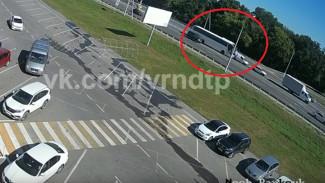 Момент массового ДТП с участием рейсового автобуса под Воронежем попал на видео