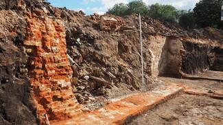 На месте снесённого в Воронеже исторического дома нашли старинную стеклянную посуду