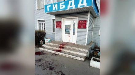 Под Воронежем вход в здание ГИБДД залили кровью