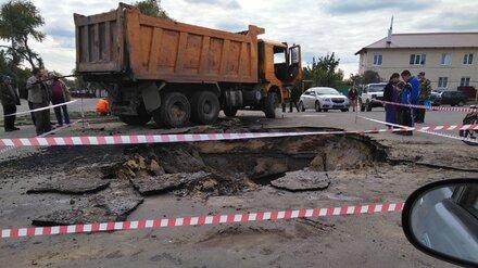 В воронежском райцентре грузовик провалился в оказавшийся под асфальтом подвал
