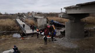 Воронежское МЧС: пострадавшего при обрушении моста водителя вырезали из затопленной кабины