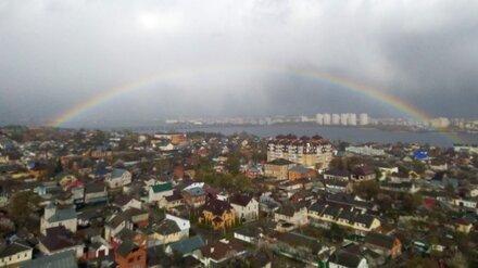 После апрельской метели небо над Воронежем украсила огромная радуга