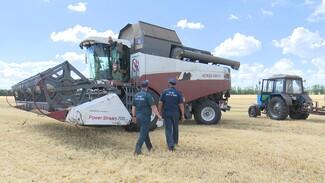 «Комбайн горит быстрее легковушки». Как защищают урожай от огня в Воронежской области