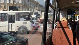 Очевидцы: из-за неработающих светофоров центр Воронежа сковала серьёзная пробка