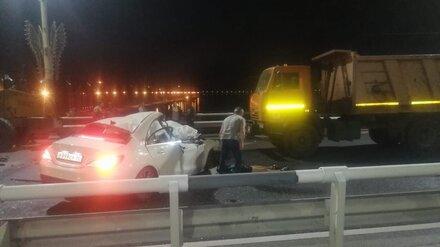 Mercedes влетел в трактор на Чернавском мосту в Воронеже: погибла 18-летняя девушка