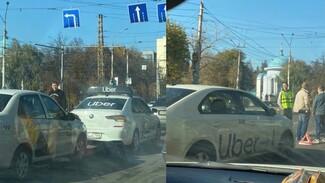 В Воронеже столкнулись иномарки с логотипами Uber и «Яндекс.Такси»