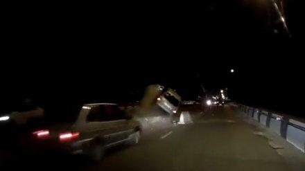 В Воронеже легковушка влетела в кучу бетона и перевернулась: видео появилось в сети