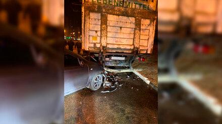 В Воронеже иномарка влетела под припаркованный грузовик: двое пострадали