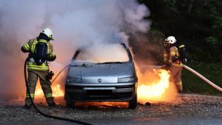 В Советском районе Воронежа ночью огонь повредил две машины