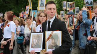 «Спасибо вам, наши герои». Кого вспомнили участники «Бессмертного полка» в Воронеже