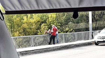 Воронежцы: двое мужчин спасли девушку, пытавшуюся спрыгнуть с моста