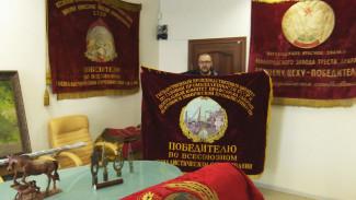 Бизнесмен из Воронежа собрал уникальную коллекцию коммунистических знамён