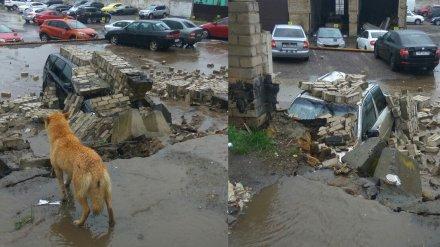 В Воронеже на платной парковке рухнул забор: под грудой кирпичей оказались 2 авто