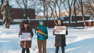 В Воронеже защитницы геев и лесбиянок показали сомнительные фото из гайд-парка