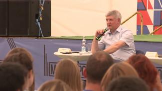 Губернатор сыграл в игру «Великие имена Воронежа» с участниками молодёжного форума