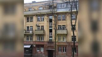 Старинные вертикальные окна в довоенном доме в центре Воронежа заменили на пластиковые