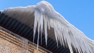 В Воронеже снежная глыба с крыши рухнула на мужчину