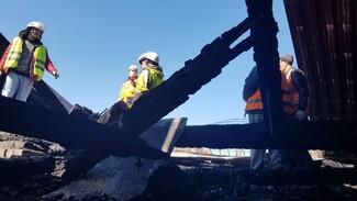 Воронежские коммунальщики начали разбирать сгоревшую крышу пятиэтажки на Еремеева