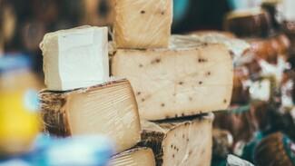 В Воронеже мужчина украл из супермаркета 15 кусков сыра