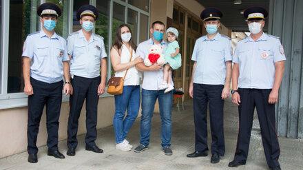В Воронеже наградили полицейских, доставивших в больницу едва не лишившуюся пальца малышку