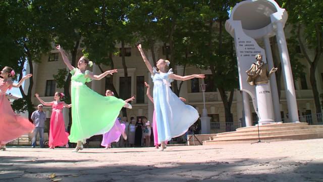 В Воронеже день рождения Пушкина отметили чтением стихов в центре города