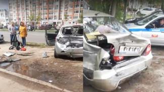 В Воронеже водитель иномарки протаранил 6 машин и снёс детскую коляску
