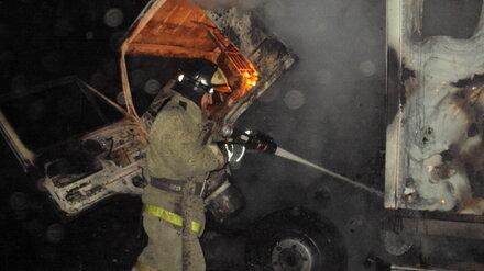 Два отряда спасателей потушили загоревшийся в Воронеже КамАЗ