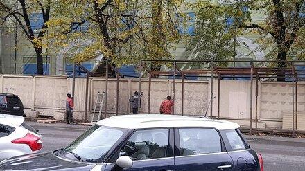 В Воронеже начали демонтировать простоявший 20 лет забор у «дома-убийцы»