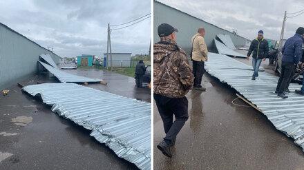 Сильный ветер сорвал крышу с воронежского рынка