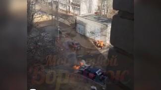 В Воронеже загорелась машина такси: появилось видео