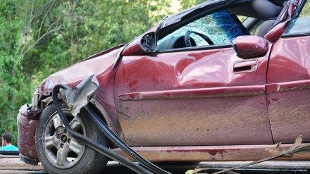 Под Воронежем при столкновении иномарки и фуры пострадали женщина и трое детей