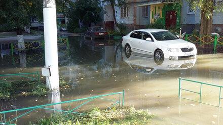 Из-за коммунальной аварии несколько воронежских дворов превратились в огромное озеро