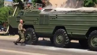 ВИДЕО: В Воронеже загорелась военная машина